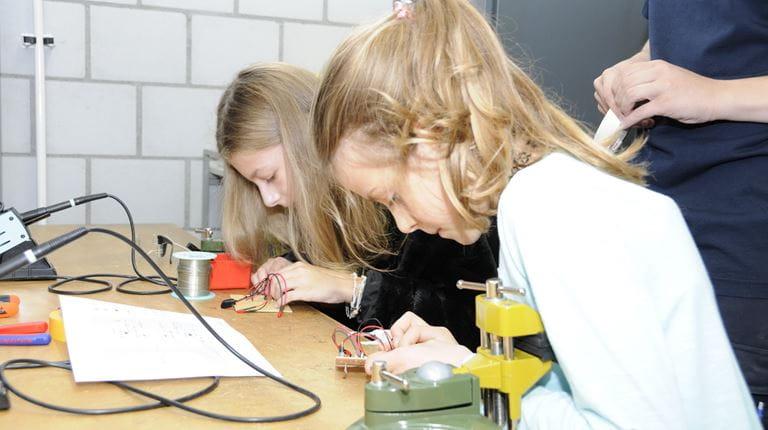 Zwei Mädchen erhalten bei CSL Behring am Nationalen Zukunftstag Einblicke in die Berufe ihrer Eltern.