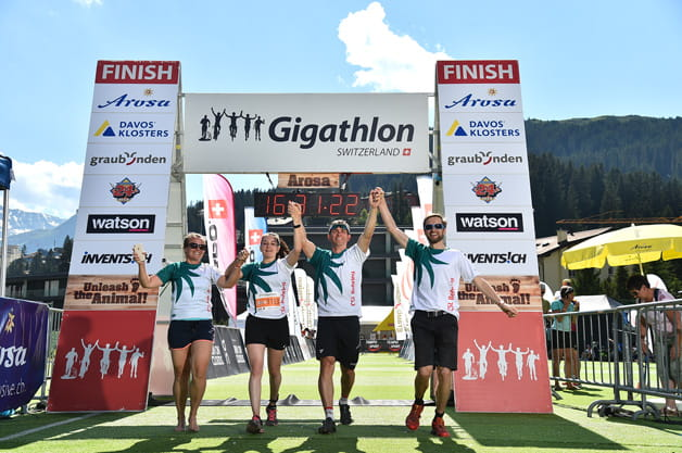 Anna Meier, Janine Kuratli, Adrian Locher et Ueli Niederhauser franchissent la ligne d'arrivée du Gigathlon d'Arosa.