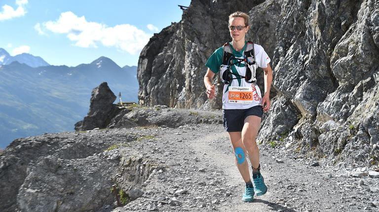 Karin Rezzonico, employée de CSL Behring court dans les montagnes Suisses au Gigathlon 2018 à Arosa.